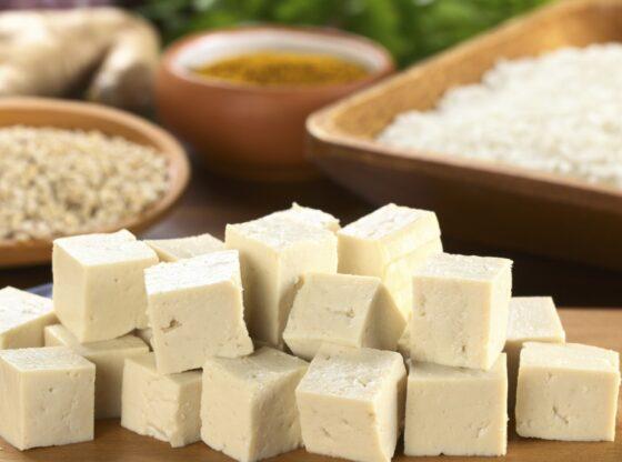 """tofu 11 560x416 - Çka është tofu (dhe si ta bëni """"të ngrënshëm"""")"""