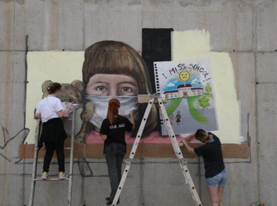 auto murali1 shkolla15901292961 560x416 - Murali për pandeminë në Ferizaj zë vend në mediumin prestigjioz britanik