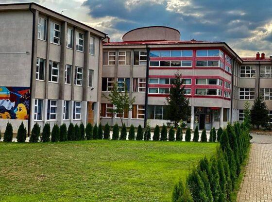 120463525 3431128303599647 5550776251239381789 n1 560x416 - 5 raste pozitive me COVID në shkollën Tefik Çanga në Ferizaj, kalohet në mësim online