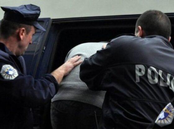 auto arrestime 2020 3 11600252906 560x416 - Arrestohen 3 persona në Ferizaj, dyshohen për shitjen e kartelave të kreditit, fjalëkalimeve e numrave të telefonit