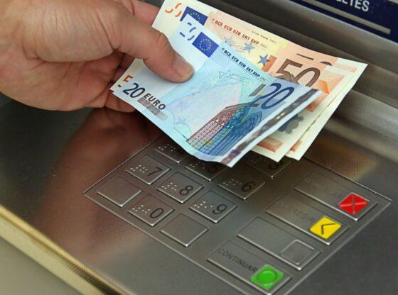 auto euro bankomat15154360621 560x416 - Tentohet të hapet me forcë një bankomat në Ferizaj, rasti nën hetime