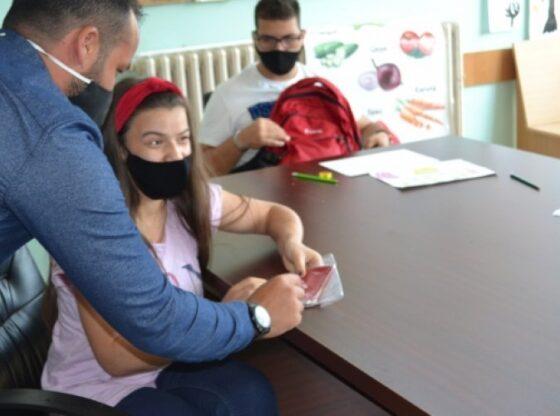 w 1 560x416 - Handikos shpërndan 405 maska me mesazhe kundër dhunës ndaj fëmijëve me aftësi të kufizuara