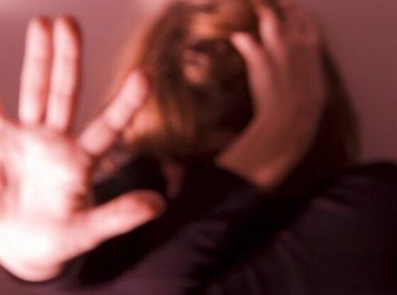 w 1 560x416 - Burri sulmon fizikisht gruan në Ferizaj
