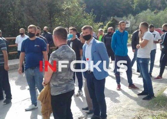 w 2 560x400 - Me goma e gurë banorët bllokojnë rrugën Ferizaj-Brezovicë