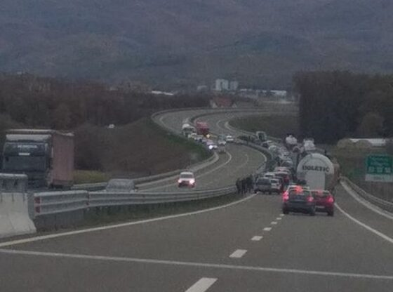 w 1 560x416 - Aksident në autostradën Ferizaj-Shkup, shkaktohet kolonë e veturave