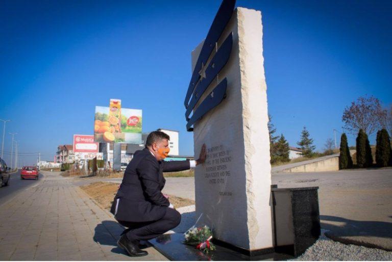 w 19 - Në rrugën Gjilan-Ferizaj vendoset monumenti i djalit të Joe Biden