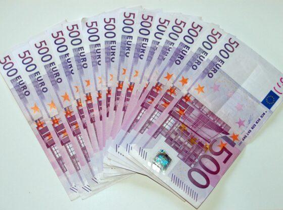 w 7 560x416 - Shantazhuan një burrë me 30 mijë euro, Policia i kap në flagrancë dy vajzat