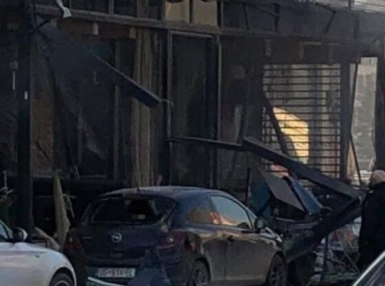 w 11 560x416 - Video: Momenti kur merr flakë bombola e gazit brenda lokalit në Ferizaj