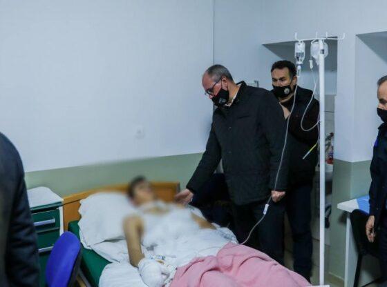 w 14 560x416 - Agim Aliu viziton të lënduarit nga shpërthimi në Ferizaj