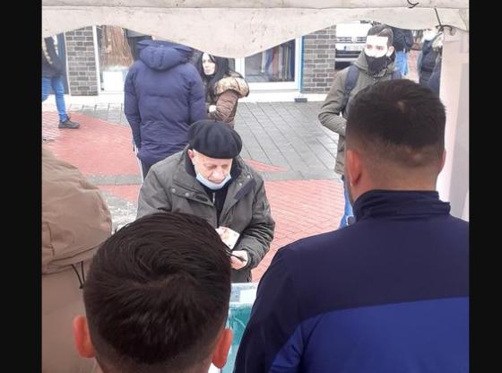 w 20 560x416 - Pensionisti dhuron para nga pensioni i tij për të ndihmuar të lënduarit në Ferizaj (FOTO)