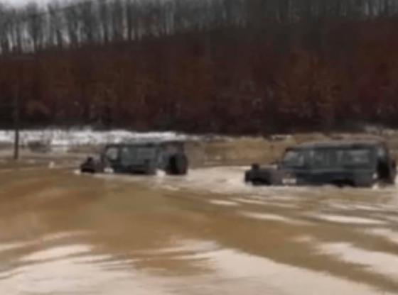 w 21 560x416 - KFOR-i ia del, dy vetura kalojnë këtë thellësi të madhe në fshatin Sojevë (VIDEO)