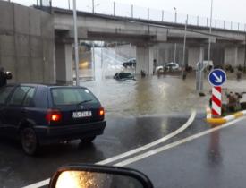 w 22 275x210 - Në Ferizaj, Mercedesi tenton të kalojë nënkalimin, por mbetet në ujë