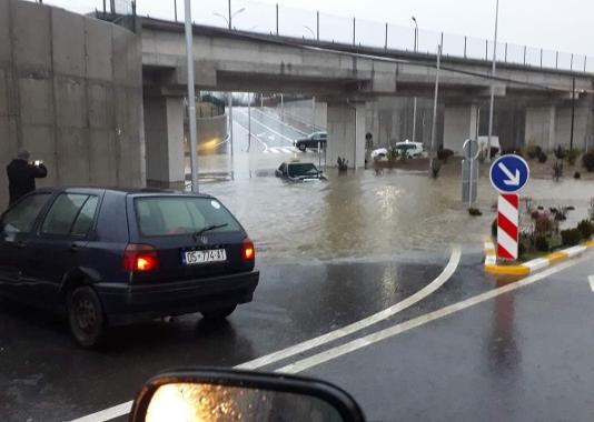 w 22 - Në Ferizaj, Mercedesi tenton të kalojë nënkalimin, por mbetet në ujë