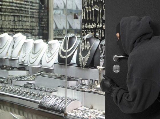 Robbery20 20masked20robber20outside20showcase20window 11 560x416 - Hajnat vjedhin arkën e një argjendarie në Ferizaj