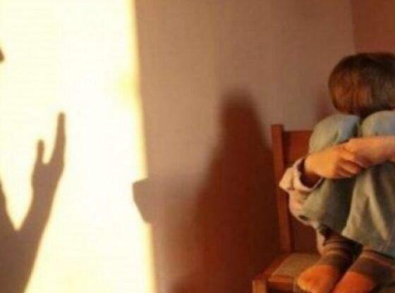 515345 kd4iAwa2eY1 560x416 - Një muaj paraburgim për nënën nga Ferizaj, që keqtrajtoi fëmijët e saj