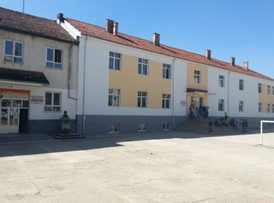 shkolla1 1 560x416 - Thyhen dritaret e një shkolle në Ferizaj