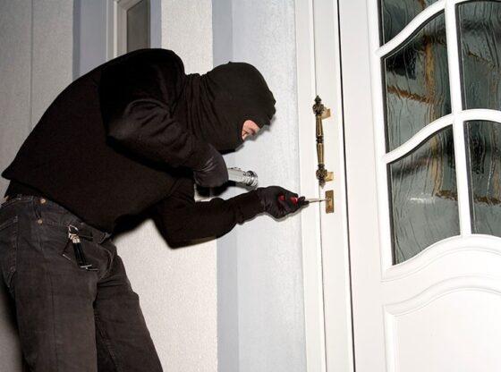 vjedhjee1 560x416 - Hajnat futen në një vilë në Ferizaj, vjedhin edhe armën e pronarit