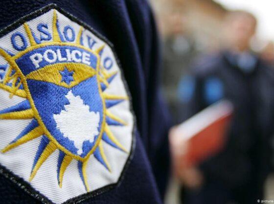 120894403 4712113525496029 1330744440183365833 o1 560x416 - Arrestohen dy persona, penguan zyrtarët policor në kryerje të detyrës