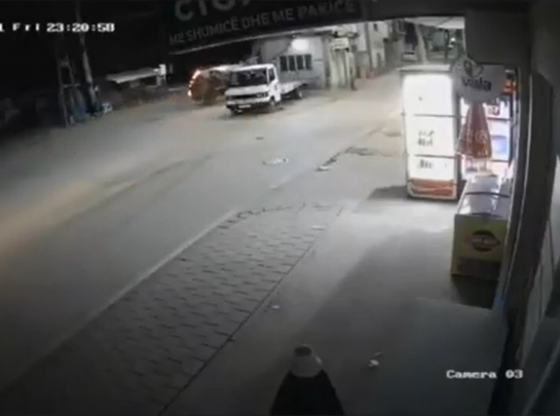 ferizaj aksident 560x416 - Kamera filmoi gjithçka/ Kështu u rrotullua mbrëmë një makinë në Ferizaj
