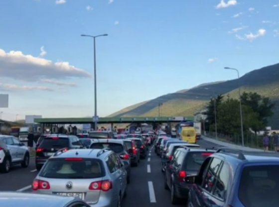 9CDC292A 83EE 4AA4 8D07 1A8D53CF08B71 560x416 - Kolona të gjata në Vërmicë, kosovarët nisen drejt Shqipërisë