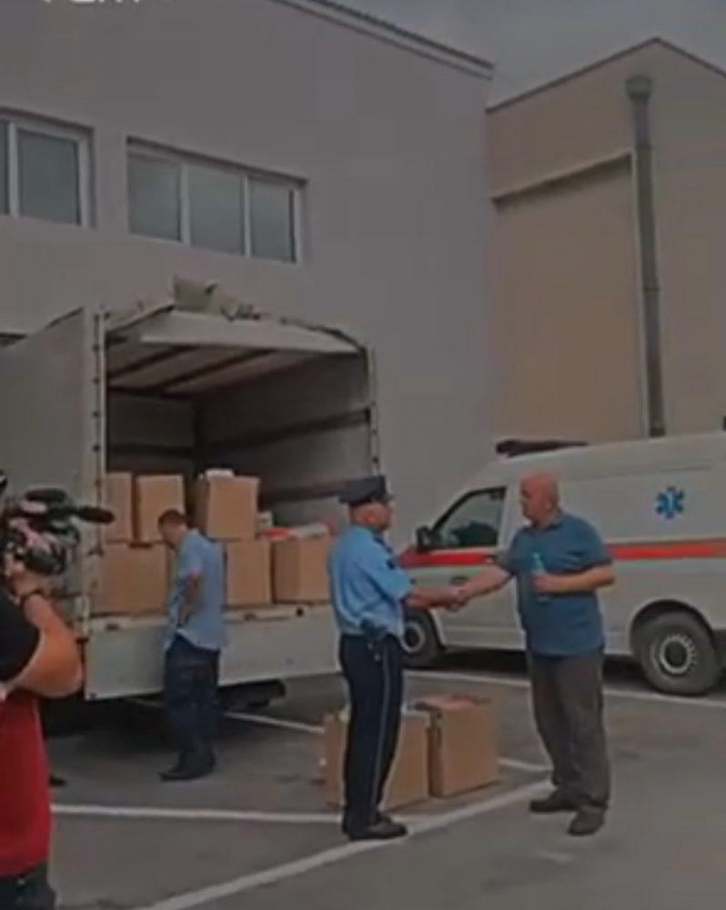 Fot0 2 1 798x10001 1 - Policia e Ferizajt shpërndan pako ushqimore
